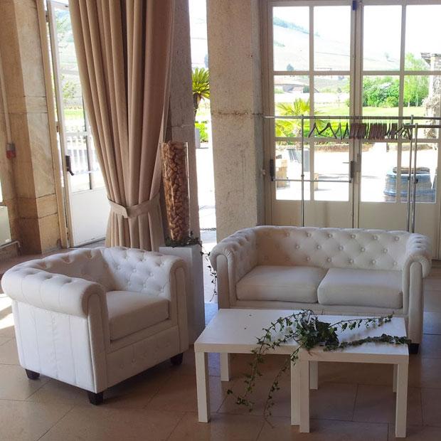 location canap chesterfield blanc 2 pl disponible sur lyon et vienne. Black Bedroom Furniture Sets. Home Design Ideas