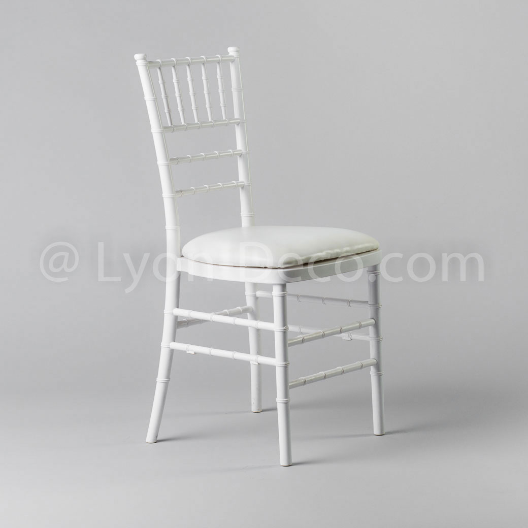 location chaise chiavari blanche avec assise en simili cuir blanc. Black Bedroom Furniture Sets. Home Design Ideas