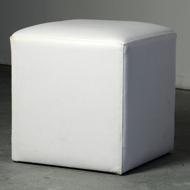 lyon deco location pouf blanc carr pour tous vos v nements. Black Bedroom Furniture Sets. Home Design Ideas